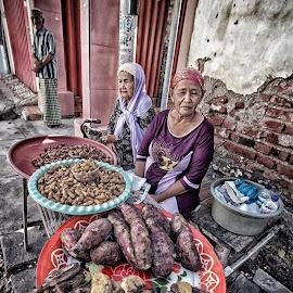 old woman by Alex Zwan - People Street & Candids