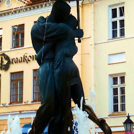 Kissing Students by Gyan Fernando - Buildings & Architecture Statues & Monuments ( estonia, baltics, kissing students, students, tartu, kissing, 2015, fountain, gyan fernando, monument, travel )