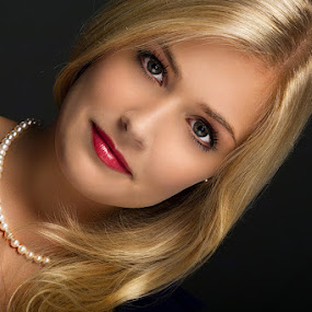 Laura by Mino Taurus - People Portraits of Women ( studio, blonde, girl, makeup, woman, beautiful, lips, beauty, hair, portrait, eyes,  )