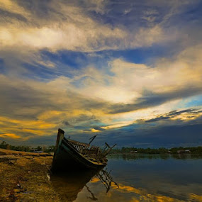 Kampong Batu Putih in Sandakan by Armie YS Yusop Teppo - Transportation Boats