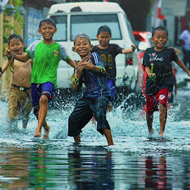 We are the best friends by Iman Supratikno - Babies & Children Child Portraits ( children portrait, indonesia, children, north sulawesi, manado,  )