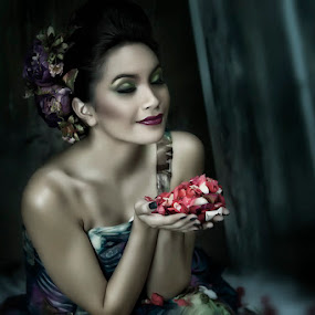 Bed of Roses by Jeremy Farizky - People Portraits of Women