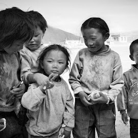 free Tibet 2 by Francisco Cardoso - Babies & Children Children Candids ( black and white, tibetan, children, tibet )