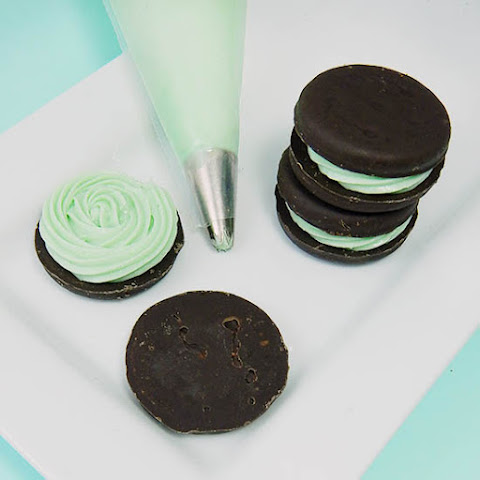 Thin Mint Cheesecake Sandwich Cookies