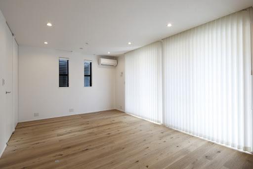 【1階洋室】現状12.4帖のワンルームは、可変的に6帖と6.4帖に仕切ることができます。※電動シャッター完備