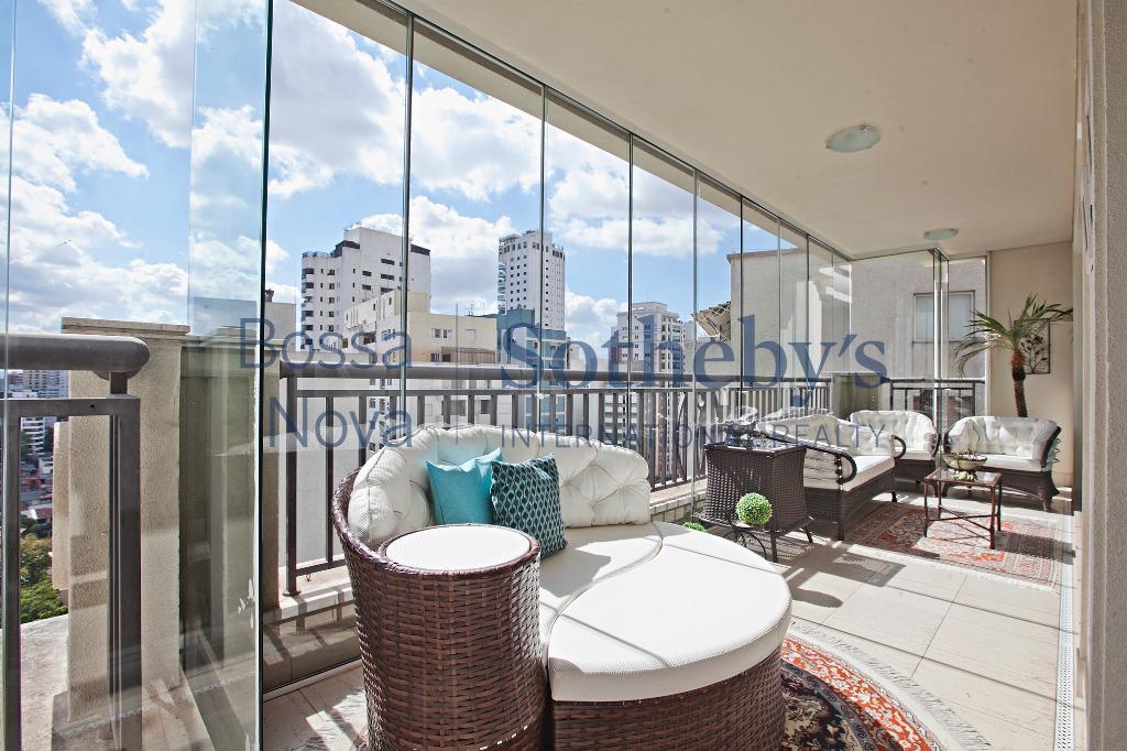 Apartamento com arquitetura clássica e em ótima localização no bairro.