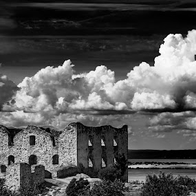 Braehus by Tony Mortyr - Black & White Buildings & Architecture ( ruins )