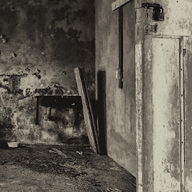 Come live with me by Vernessa Ingram - Uncategorized All Uncategorized ( old, lock, door, sink, abandoned, decay,  )