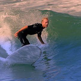 La main dans l'eau by Gérard CHATENET - Sports & Fitness Surfing