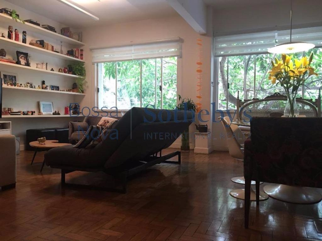Apartamento reformado em prédio vintage no miolo do Jardim América.