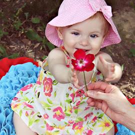 baby  by Rubens Kroeger - Babies & Children Child Portraits ( baby girl, children candids, flower )