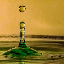 Gul/ grønn by Bjørn Bjerkhaug - Abstract Water Drops & Splashes