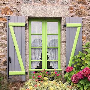 fereastra bretona cu hortensii.JPG