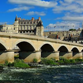 Amboise - Le pont sur la Loire et le château by Gérard CHATENET - Buildings & Architecture Bridges & Suspended Structures
