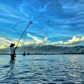 Menjaring ikan 2 by Aan Unchu - Professional People Agricultural Workers