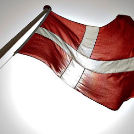 Danish flag up afinstallere the Sun  by Carsten Lindstrøm - Novices Only Objects & Still Life