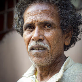 eagerly waiting! by Rajarshi Mitra - People Street & Candids ( kolkata, street, man )