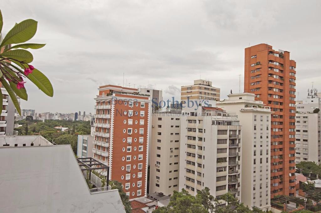 Locação com varanda super iluminada perto do Clube Atlético Paulistano