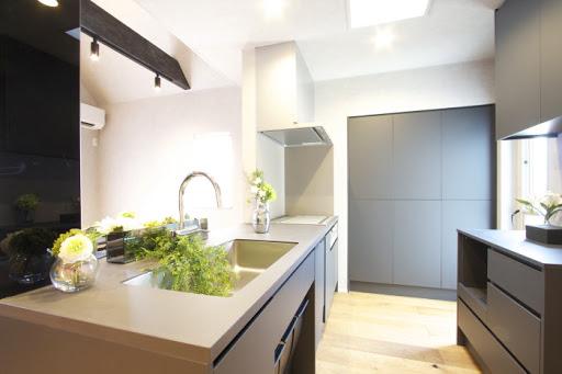 2階:サービスバルコニー(写真右奥)が隣接された対面式オーダーキッチン。