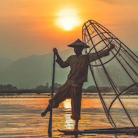 Inle 6 by Nguyen Thanh Cong - People Street & Candids ( water, inle lake, myanmar, thanhcong7855@gmail.com, congdolce@gmail.com, nguyen thanh cong, waterscape, sunset, vietnamese, vietnam, sunrise, landscape, sun )
