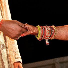 मेरे हाथ में तेरा हाथ हो, सारी जन्नतें मेरे साथ हों। by Jaitik Yadav - Wedding Bride & Groom