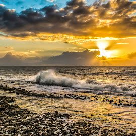 Early Morning by Rqserra Henrique - Landscapes Waterscapes ( brazil, dawn, natal, rqserra, wave, sunshine, beach, morning, sun )