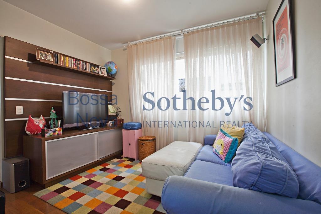 Apartamento iluminado, living com terraço, ótima planta, fora da rota, em Moema Passaros.
