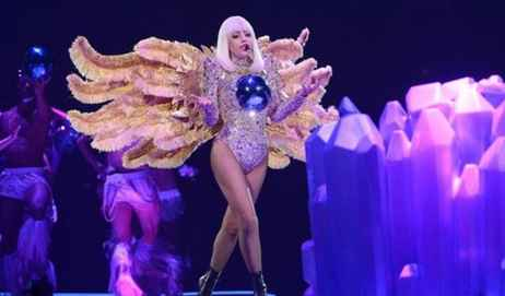 Video: Lady Gaga viste formerne frem! Lady Gaga