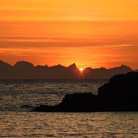 Soloppgang. Lofoten by Karl-roger Johnsen - Landscapes Sunsets & Sunrises