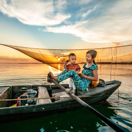 Sunset on Tri An lake by Sơn Hải - Babies & Children Children Candids