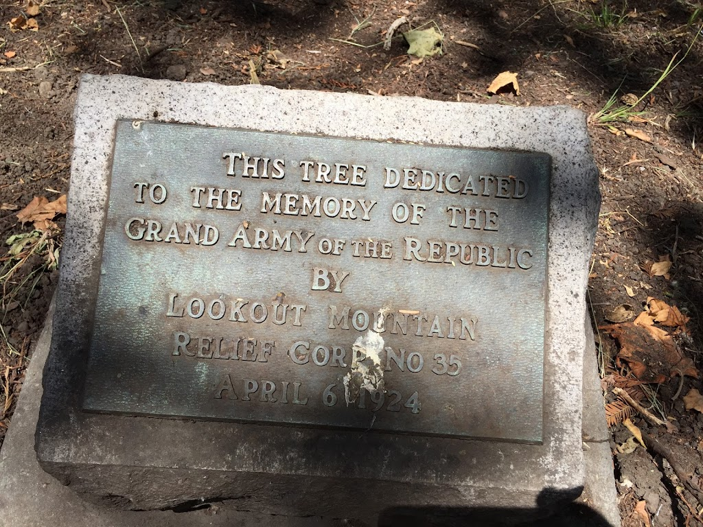 THIS TREE DEDICATED TO THE MEMORY OF THE GRAND ARMY OF THE REPUBLIC BY LOOKOUT MOUNTAIN RELIEF CORP NO 35APRIL 6, 1924