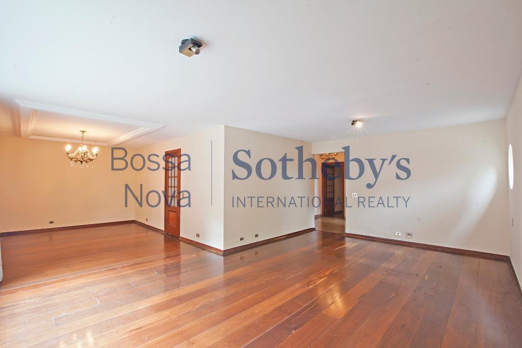 Apartamento amplo e bem localizado com potencial para reformar