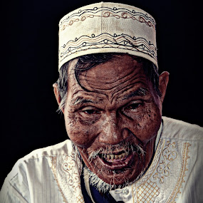 oldman potrait by Elvis Hendri - People Street & Candids ( street candid, potrait, culture, man, human )