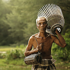 going home by R'zlley TheShoots - People Portraits of Men ( senior citizen )