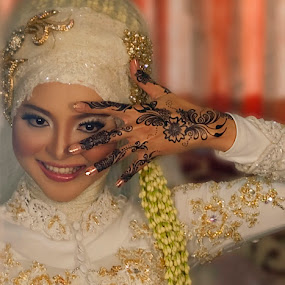 Beauty in Mirror by Hanif Ipangraphy - Wedding Bride
