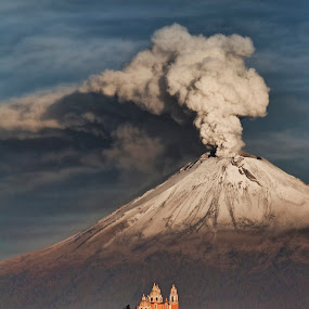 Popocatepetl, again smoking hard by Cristobal Garciaferro Rubio - Landscapes Mountains & Hills ( cholula, volcano, popo, smoking, mexico, puebla, popocatepetl )
