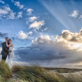 A ray of light by Froddy Baun - Wedding Bride & Groom ( dunes, fanø, wedding, sunset, beach )