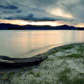 Toba Pagi Itu by Hirza Kini - Landscapes Sunsets & Sunrises ( waterscape toba sunrise )