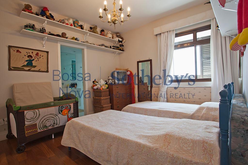 Amplo apartamento em andar alto