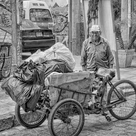 Recolector by Fico Stein Montagne - People Street & Candids ( hdr, black and white, street, wagon, old man, nikon d7000, street photography )