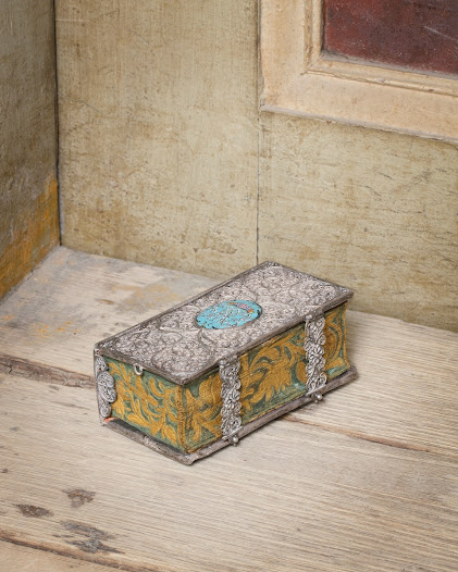 De flesta familjer i Sverige hade fram till 1800-talets slut endast en bok: psalmboken. En rikt dekorerad psalmbok, som denna med silverband och ägarens initialer i emalj, visade på ägarens välstånd.