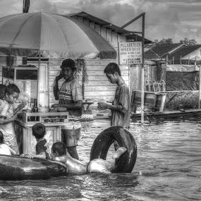 ayo beli pentolnya... by Handy Nordy Fariza - People Street & Candids ( banjir, hidup, nasib, realita, nafkah, gerobak, orang kecil, pentol, paman, rejeki )