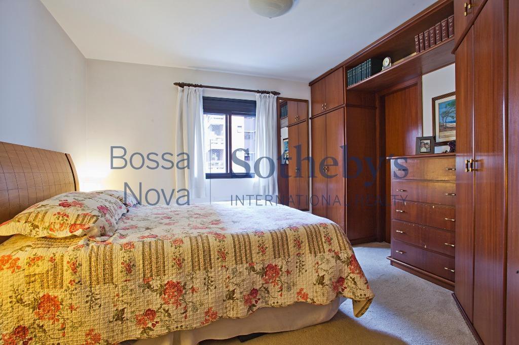 Apartamento bem localizado, andar alto.
