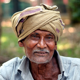 Street Hawker - Candid Smile Clicks. by Vinod Rajan - People Street & Candids ( portraits, hats, candids, portrait, look, smile, moment, old man, moments, candid, men, hat, portraiture,  )