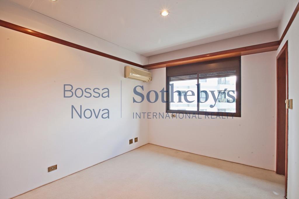 Amplo apartamento próximo a Pça. Pereira Coutinho