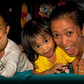 liburan dirumah aj.. by Daenk Andi - People Family ( keluarga, heboh, anak, bahagia, tertawa, tatapan mata, family, mata, anak anak, senyum, people )