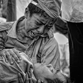 hug me tight by Area Duatiga Romantois - People Street & Candids