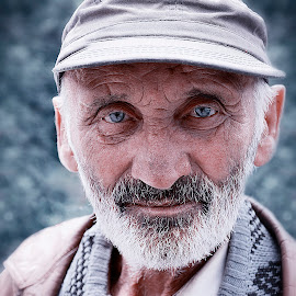 The blue eyes which tellings a story by Ivailo Atanasov - People Portraits of Men ( blue, old man, man, portrait, eyes )