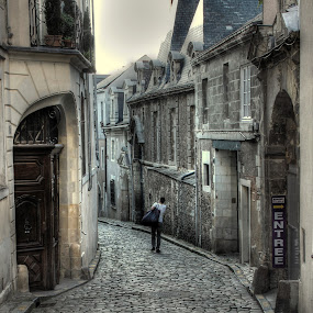 Leaving by John O'Groats - People Street & Candids ( dinan, street, normandie, france, leaving )