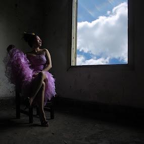 Cloudy Window by Ryan Alamanda - People Fashion